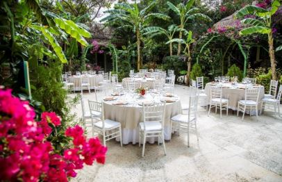 Destination garden wedding | Bliss Honeymoons is here to answer all of your destination wedding questions. Not sure which resorts serve the best food or have family friendly activities? We do! Contact Bliss Honeymoons today for a no-obligation consultation.